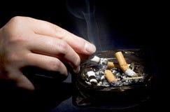 Main de fumeur Photographie stock libre de droits