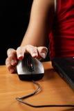 Main de garçon sur la souris d'ordinateur Photographie stock libre de droits