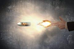 Main de geste d'arme à feu avec la balle de symbole dollar de tir de lumière du feu Photographie stock libre de droits