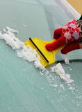 Main de glace de éraflure de femme de pare-brise de voiture Images stock