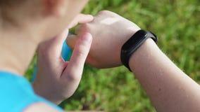 Main de gros coureur de femme avec le bracelet de forme physique banque de vidéos