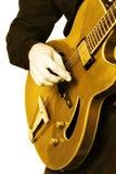 Main de guitariste de guitare électrique d'isolement. Image libre de droits