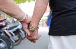 Main de holdind des personnes âgées ensemble Image libre de droits