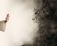Main de Jésus arrêtant l'obscurité Image stock