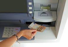 Main de jeune femme tout en retirant des billets de banque 50 euros d' Image stock