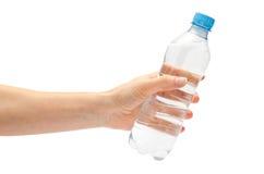Main de jeune fille tenant la bouteille d'eau Image libre de droits