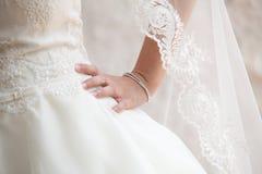 Main de jeune mariée Photo stock