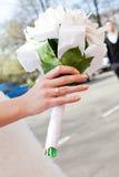 Main de jeune mariée avec le bouquet d'anneau et de mariage Photographie stock