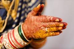 Main de jeune mariée de bracelets photos stock