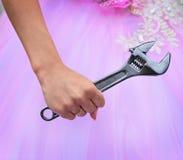 Main de jeune mariée tenant une grande clé Photos stock