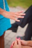 Main de jeunes mariées Images libres de droits