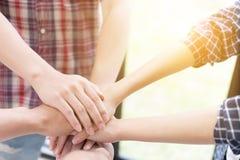 main de jointure de jeune étudiant universitaire, mains émouvantes d'équipe d'affaires Image libre de droits