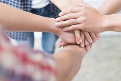 main de jointure de jeune étudiant universitaire, mains émouvantes d'équipe d'affaires Photos stock