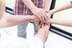 main de jointure de jeune étudiant universitaire, mains émouvantes d'équipe d'affaires Photographie stock libre de droits