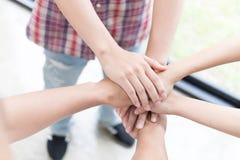 main de jointure de jeune étudiant universitaire, mains émouvantes d'équipe d'affaires Images stock