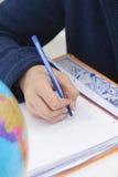 Main de l'écriture d'enfant Images stock