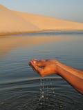 Main de l'eau photographie stock