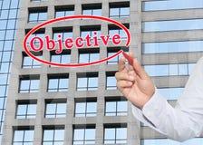 main de l'homme d'affaires utilisant le stylo rouge indiquant le texte de l'objectif Image libre de droits
