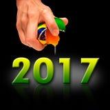 Main de l'homme pour fendre l'oeuf du Brésil avec le texte 2017 Images stock
