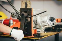Main de l'homme de travailleur, machine industrielle d'équipement de cintreuse pour moi photographie stock