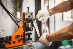 Main de l'homme de travailleur, machine industrielle d'équipement de cintreuse pour moi photo stock