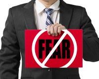 Main de l'utilisation une d'homme d'affaires pour tenir un conseil rouge avec Photo libre de droits