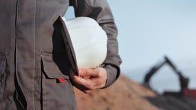 Main de la construction de fabrication masculine professionnelle tenant le plan rapproch? protecteur de casque de chapeau clips vidéos