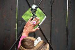 Main de la jeune mariée avec des modèles de hina photo libre de droits