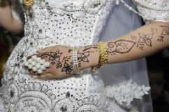 Main de la jeune mariée avec la conception orientale traditionnelle Image libre de droits