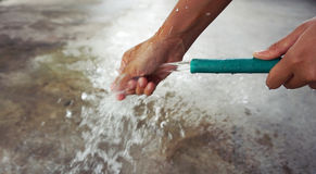 Main de lavage du tuyau Images stock