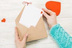Main de lettre d'amour d'écriture de fille le jour de valentines de saint Handma Photo stock