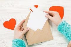 Main de lettre d'amour d'écriture de fille le jour de valentines de saint Handma photo libre de droits