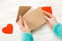 Main de lettre d'amour d'écriture de fille le jour de valentines de saint Handma photographie stock libre de droits