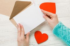 Main de lettre d'amour d'écriture de fille le jour de valentines de saint Handma photographie stock