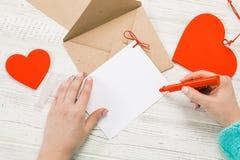 Main de lettre d'amour d'écriture de fille le jour de valentines de saint Handma photos libres de droits