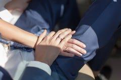 Main de marié en main de jeune mariée Image libre de droits