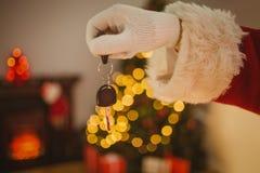 Main de Noël de père tenant la clé de voiture Photos stock