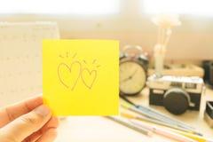 Main de note de courrier de prise de femme avec le coeur de couples et l'autobus d'équipement Image stock
