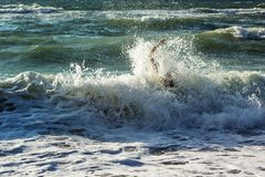 Main de noyer l'homme essayant de nager hors de l'océan orageux Noyade de la victime ayant besoin de l'aide, demandant l'aide Éch Image stock