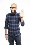 Main de ondulation d'homme afro-américain heureux à l'appareil-photo photo libre de droits