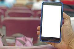 Main de personne tenant le smartphone image stock