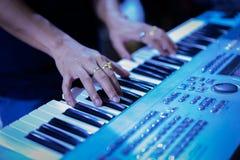 Main de pianiste avec l'anneau sur le piano Images stock