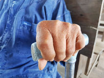 Main de plan rapproché d'un vieux mâle asiatique avec le shi bleu traditionnel thaïlandais Photos libres de droits