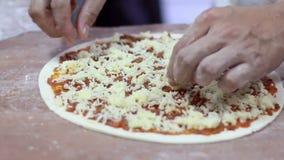 Main de plan rapproché de boulanger de chef faisant la pizza à la cuisine banque de vidéos