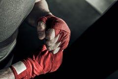 Main de plan rapproché de boxeur avec les bandages rouges photos libres de droits