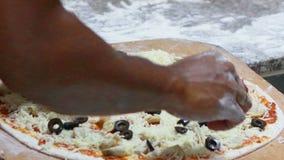 Main de plan rapproché de longueur de HD de boulanger de chef faisant la pizza banque de vidéos