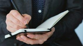 Main de planification de jour d'homme d'affaires écrivant le plan rapproché banque de vidéos