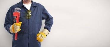 Main de plombier avec la clé image stock