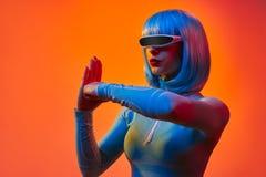 Main de poinçon de femme robotique image libre de droits