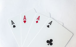 Main de poker de gain du jeu de quatre as jouant le costume de cartes sur le blanc Images libres de droits